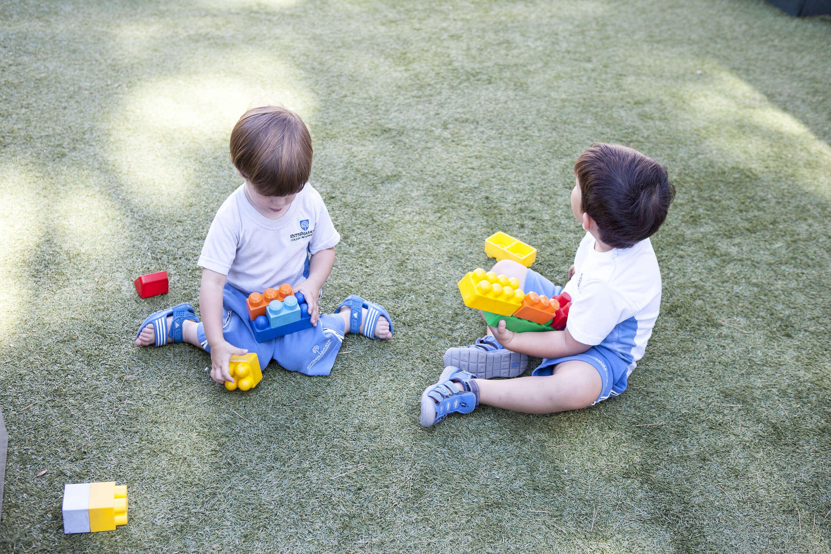 2 Patios de juego, Colegio Entrenaranjos International School2 patios de juego del colegio entrenaranjos international school