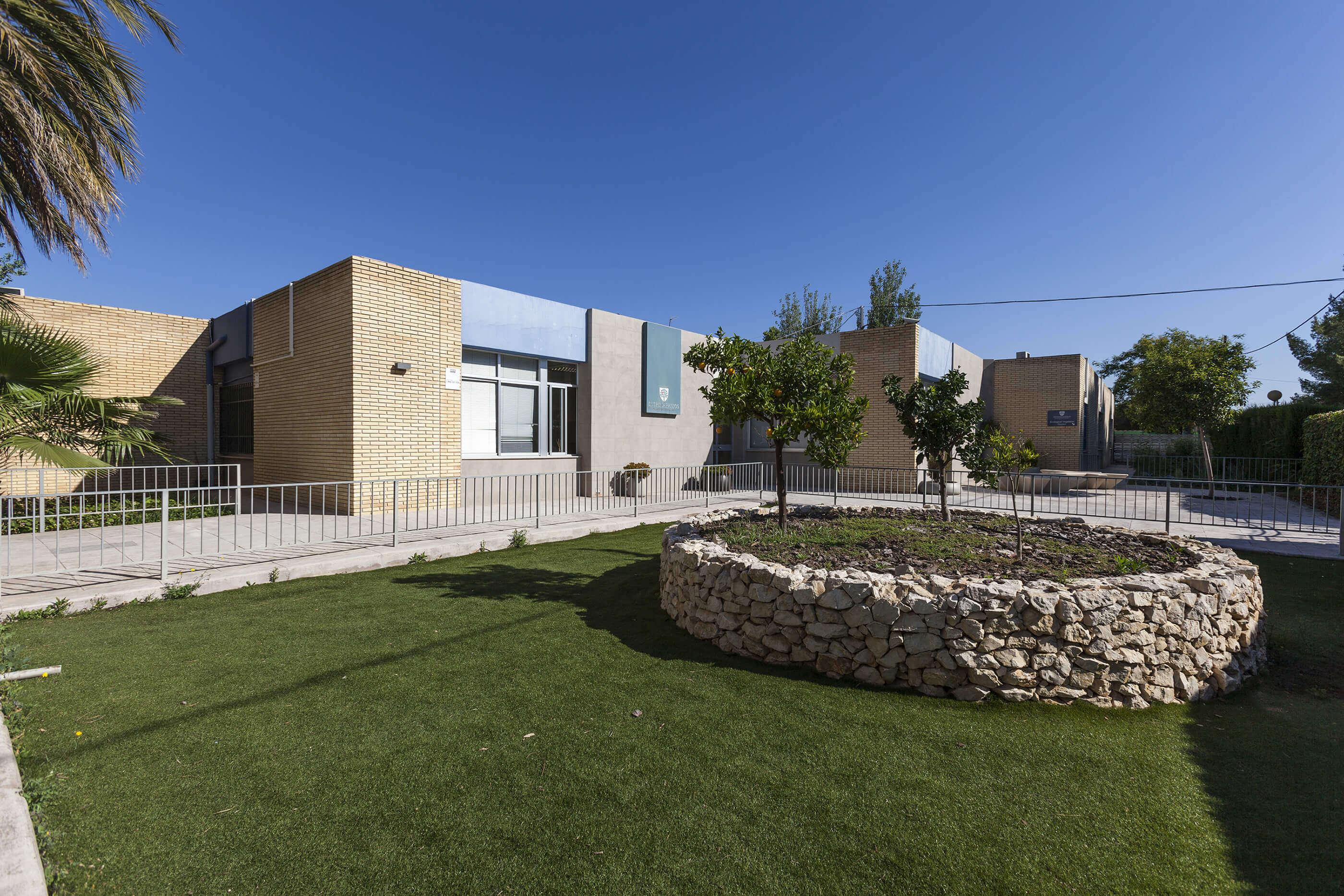 3 exteriores del colegio entrenaranjos international school