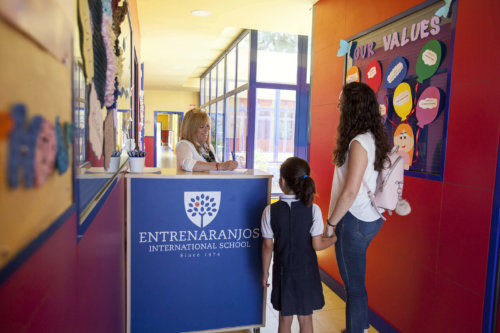 entrada del colegio entrenaranjos international school