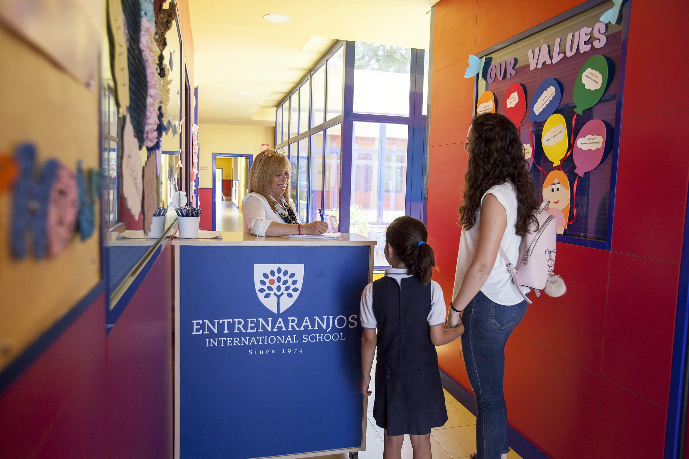 entrada del colegio entrenaranjos international school